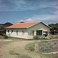 Collectie Nationaal Museum van Wereldculturen TM-20017531 Woning gebouwd in 1964 te Koolbaai Sint Maarten Boy Lawson (Fotograaf).jpg