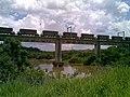 Comboio que passava sentido Guaianã pela ponte ferroviária sobre o Rio Tietê em Salto - Variante Boa Vista-Guaianã km 206 - panoramio.jpg