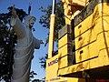 Cristo Salvador de Sertãozinho, em construção. Guindaste com capacidade de 500 toneladas utilizado para o içamento da estátua do Cristo, que foi construída com aço, revestida por uma tela e argama - panoramio (1).jpg