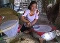 Cuisson des grandes galettes de riz à Cái Bè.jpg