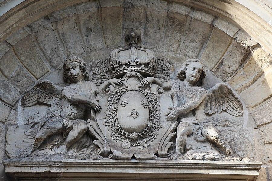 Abbaye Notre-Dame-des-Anges de Saint-Cyr-l'École. Détail de la scupture du portail.