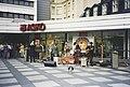 Dog In A Bucket -yhtye esiintyy kauppakeskus Forumin Kukontorilla - G28648 - hkm.HKMS000005-km0000mwgu.jpg
