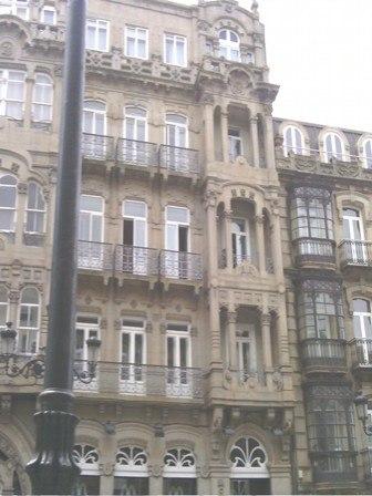 Galería vertical á dereita da fachada.