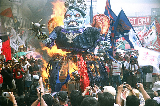 Effigy of PGMA being burned by protesters during the SONA 2007