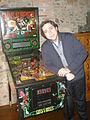 En Jordi al seu despatx junt a una màquina del milió de Guns & Roses.jpg