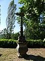 Estaing Vinnac croix devant église.jpg
