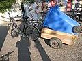 Fahrrad-Anhänger mit 240l-Papiertonne, von der Seite, 03. 09. 2011. - panoramio.jpg