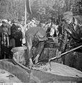 Fotothek df roe-neg 0006703 031 Fischer füllen Karpfen mittels eines Keschers in einen Bottich.jpg