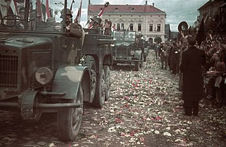 Second Vienna Award - Crowds throw flowers to welcome the Hungarian troops into Kézdivásárhely
