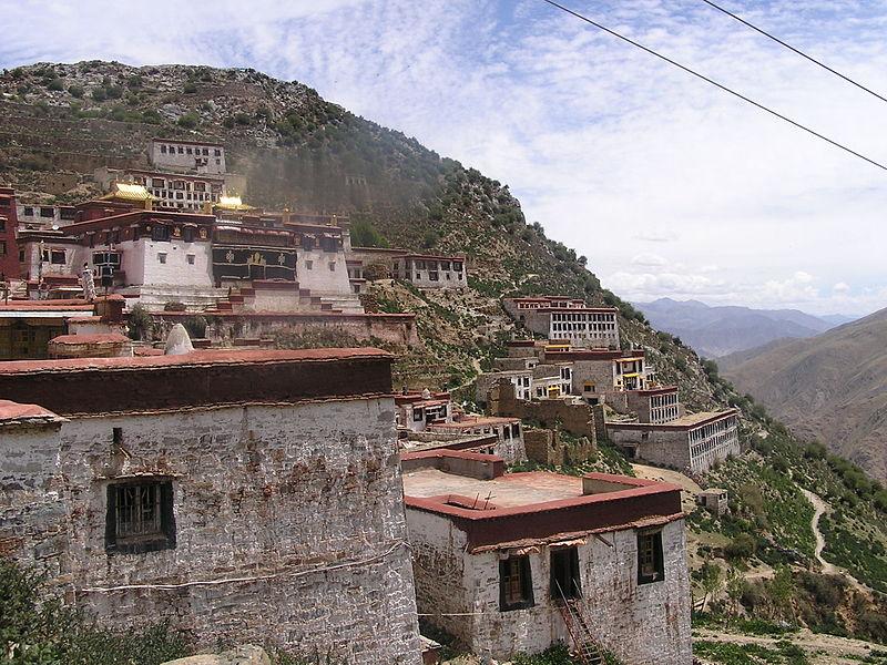В монастыре Ганден сейчас более 200 монахов