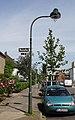 Gaslaterne mit Straßenschild Rheinallee 1–67, Düsseldorf-Heerdt.jpg
