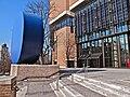Gasteig Philharmonie recht mit Plastik Gerundetes Blau von Rupprecht Geiger links.jpg
