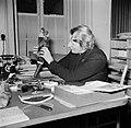 Gertie Wandel, presidente van een handenarbeidclub achter haar bureau, Bestanddeelnr 252-9004.jpg
