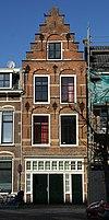 foto van Huis met rijzige trapgevel met natuurstenen banden, geblokte ontlastingsbogen en muurankers