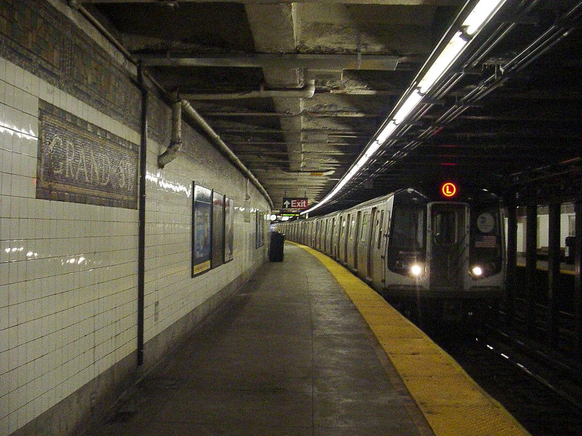 https://upload.wikimedia.org/wikipedia/commons/thumb/2/27/Grand_Street_BMT_Canarsie_SB_platform.jpg/1200px-Grand_Street_BMT_Canarsie_SB_platform.jpg