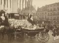Großherzog Friedrich I von Baden und Großherzogin Luise in offener Kutsche vor der Jubiläumssäule auf dem Bernhardusplatz beim Durlacher Tor.png