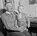 Grootvader Ernst Klein met een kleinkind op schoot, Bestanddeelnr 254-4635.jpg