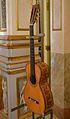 Guitarra, manufactura de Salvador Pau. saló de ball del palau del marqués de Dosaigües.JPG