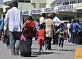 HaitianosAeroporto.JPG
