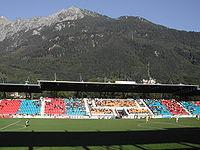 Haupttribüne mit Gebirge.JPG