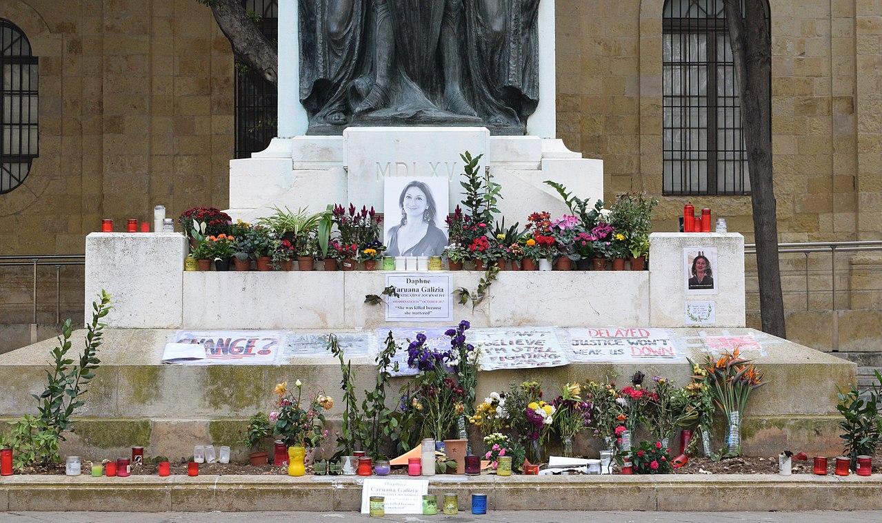 Il-Belt. Monument tal-Assedju l-Kbir u Caruana Galizia 1.jpg
