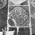 Interieur, grafzerk in koor, detail - Reeuwijk - 20374758 - RCE.jpg