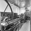 Interieur, vooraanzicht machine aan de krukzijde houten met ijzer belegde drijfstang - Genemuiden - 20077264 - RCE.jpg