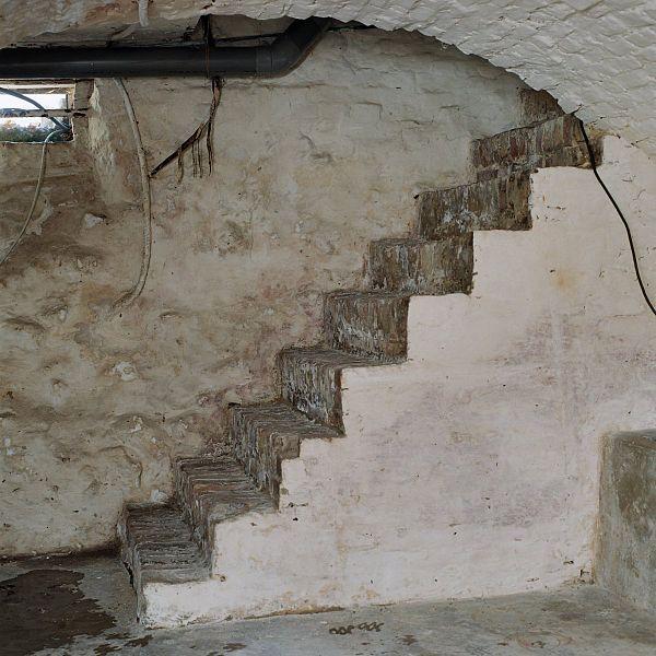 File interieur kelder aanzicht gemetselde keldertrap for Interieur mechelen