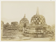 KITLV 29213 - Kassian Céphas - Photographer Kassian Céphas at a stupa at Borobudur near Magelang - 1890-1891.tif