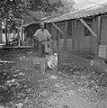 Kalkoenfokkerij in Beit Herut Werknemer bezig met het ontsmetten van het terrei, Bestanddeelnr 255-4617.jpg