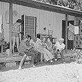 Kibboets Nir Elyahu. Kibboetsbewoners op de veranda van een huis gezellig bijeen, Bestanddeelnr 255-3723.jpg
