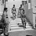 Koning Hussein met generaal Glubb en prins Nassar Ben Amil op trappen voor het p, Bestanddeelnr 255-5073.jpg