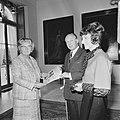 Koningin Julia ontvangt eerste exemplaar Koningin Juliana 1925-1965 uit handen, Bestanddeelnr 926-6798.jpg