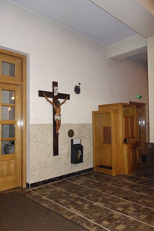 Kosciol Sw Jozefa i Jana od Krzyza Krzyz i konfesjonal