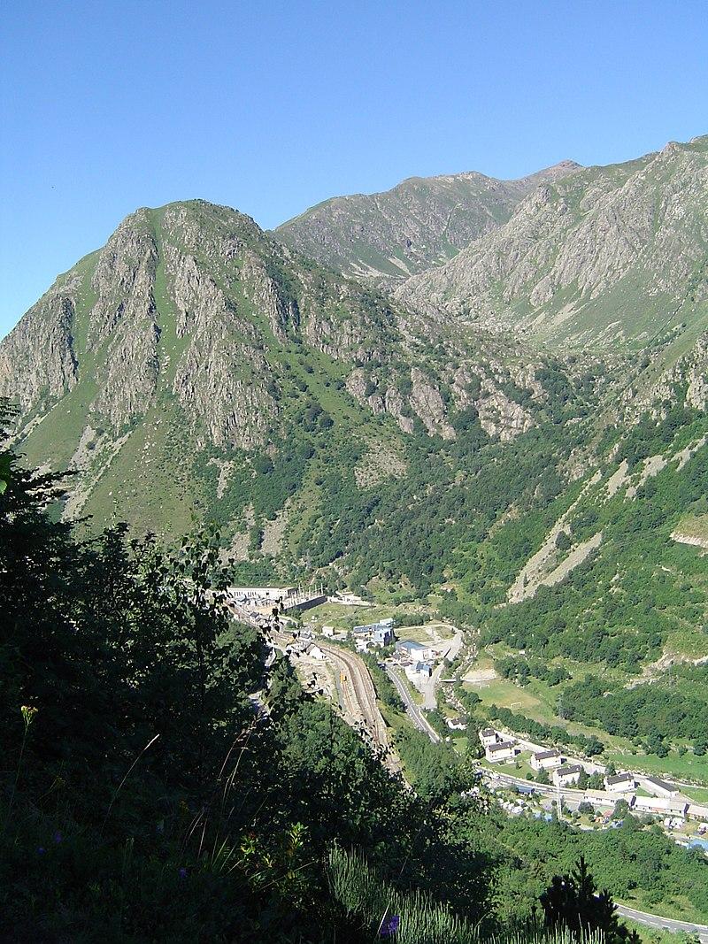 Le pic au premier plan dominant la sortie sud du village de L'Hospitalet-près-l'Andorre est le Roc de Carroux (2025 m)