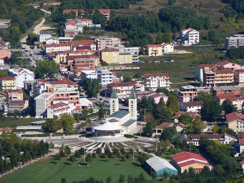 File:La chiesa parrocchiale di Međugorje dal Međugorje.jpg