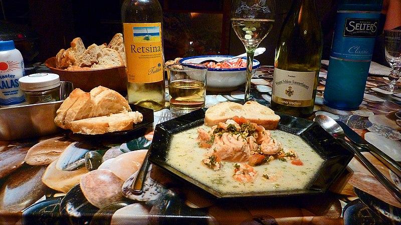 File:Lachs mit Shrimps in Weißweinsoße + Wein.jpg