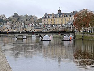 The Mayenne river in the town centre. Laval (Mayenne).jpg
