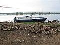 Le bois de chauffe et une embarcation accostée. Kindu fleuve. (4152472455).jpg