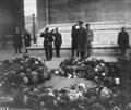 Le prince Léopold au (tombeau du) soldat inconnu - (photographie de presse) - (Agence Rol).png