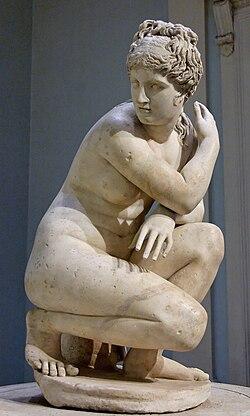 скульптура человека сидящего на корточках
