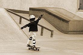 Criança andando de skate