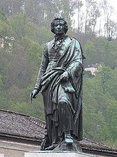Mozartdenkmal am Mozartplatz in Salzburg (Quelle: Wikimedia)
