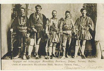 Ο Παύλος Ρακοβίτης (δεύτερος από δεξιά) με το Στογιάννη Τσίτσο, το Στέφο Γρηγορίου, κ.α.