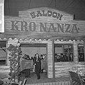 Man tussen de klapdeuren van een café vermomd als bar uit de KRO-westernserie Bo, Bestanddeelnr 918-4784.jpg