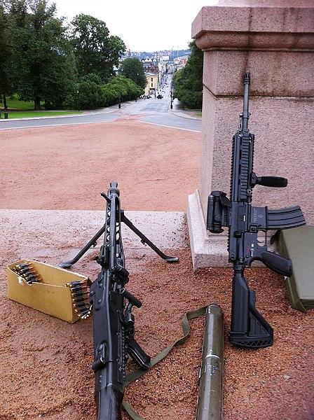 File:Maskingevær på balustraden.JPG
