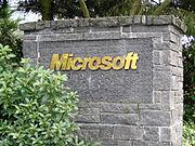 Logotipo de Microsoft en la entrada al Campus de Redmond.