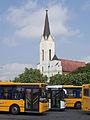 Miskolc, autobusové nádraží, autobusy a kostel.jpg
