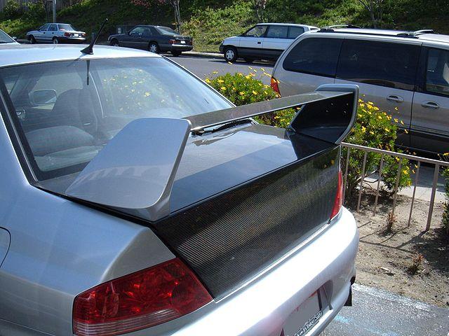 640px-Mitsubishi_Lancer_Evolution_aftermarket_spoiler.JPG