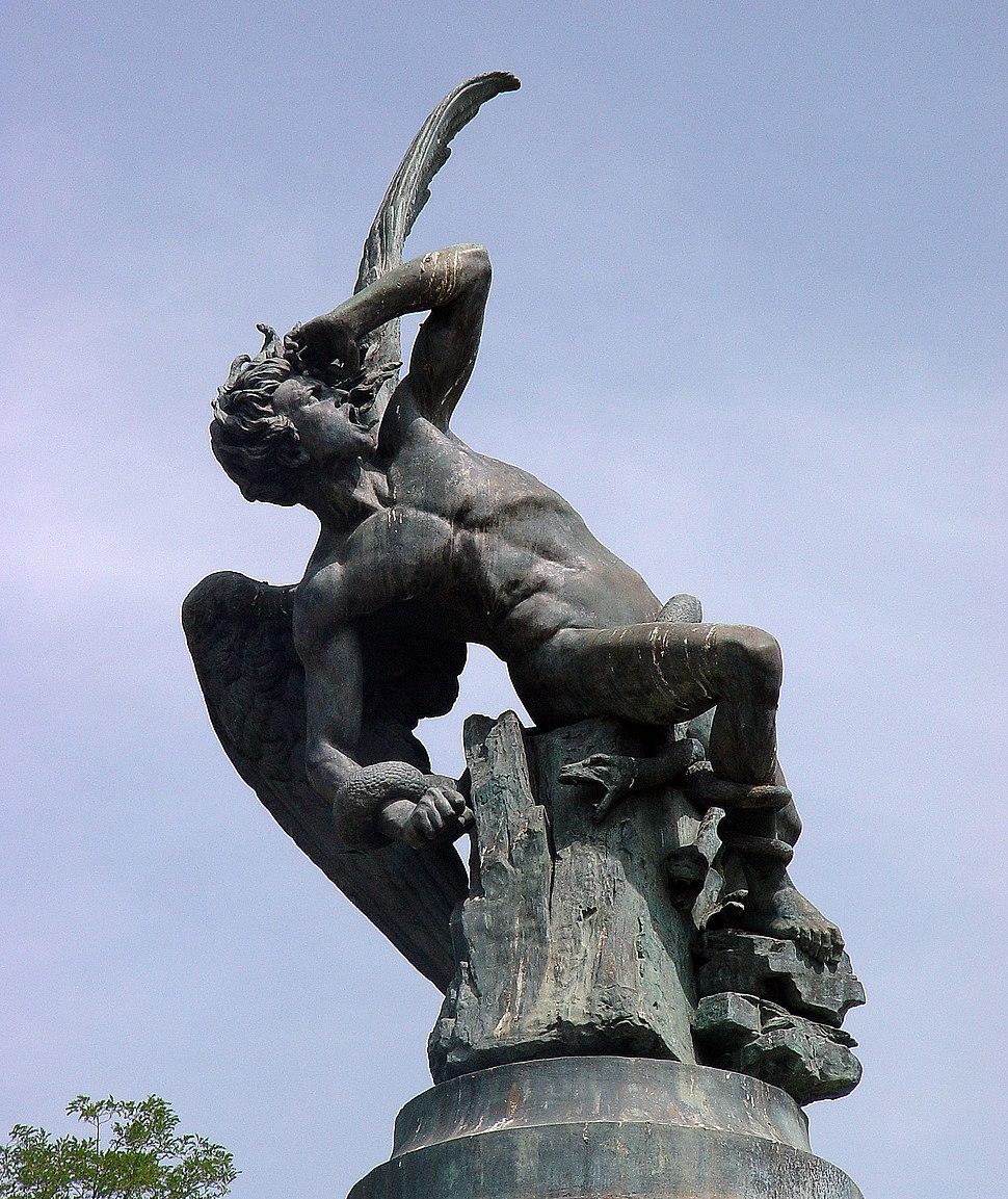 Monumento al Ángel Caído en los jardines del Parque de El Retiro (Madrid)